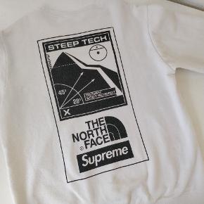 Supreme x TNF Steep tech crewneck   Sælger denne supreme x the north face trøje fra SS16. Rimelig rare item og i rigtig god stand.  Ingen flaws, pletter eller huller. Det sorte print er begyndt at fade en smule, men stadig masser af liv tilbage i trøjen.   Medium  8/10  Mulighed for meetup i Aarhus.  Kan sendes doubleboxed, tracked og forsikret for 50,-  100+ refs så du kan handle med ro i sindet.