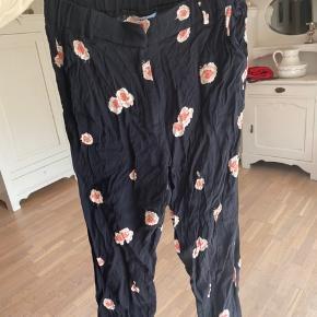 Fantastiske bukser i et løst og luftigt materiale!😍   ‼️Har 3 for 2 på hele min shop. Køb 3 items og få den billigste med gratis‼️