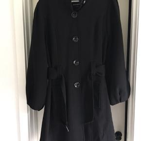Superfin frakke uden foer, perfekt til bybrug eller overgangs frakke . Superfint snit og helt som ny, kun prøvet på  Bud er velkomne