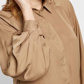 mbyM brun langærmet skjorte i str. S. Regular fit.  Nypris 500 kr. Sælges for 150 kr. Fejler ingenting, derfor er prisen fast.   Materiale: 100% polyester.