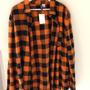 H&M skjorte i orange. Stadig med prismærke. Nypris 180kr