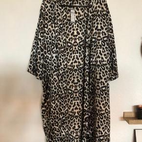 Fin kimono fra Pieces. Aldrig brugt - kom med et bud :)