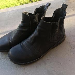 Angulus støvler i sort læder m. rågummisål. Brugt forholdsvis lidt, og er derfor i fin stand, selvom der er brugsspor. Skriv for spørgsmål eller flere billeder.