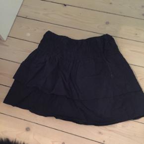Rigtig fin neo noir inspireret nederdel fra Moss Copenhagen i en str xs. Kan også passes af en s/m.