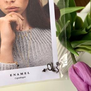 """Enamel """"Snoede øreringe"""" (sættet er ubrugt og sælges i original pose) ✨  Byd gerne kan både sendes på købers regning eller afhentes i Aarhus C 📮✉️"""