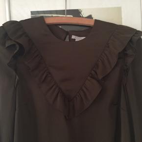 Skjorte i str M. Helt mørk olivengrøn. Aldrig brugt. Pris 80,-pp Bytter ikke.