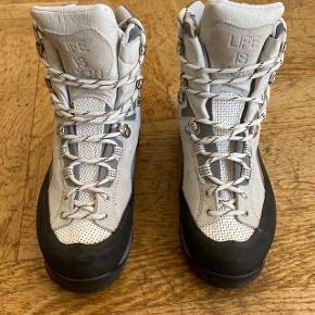 - Hvide vandrerstøvler, et samarbejde med diemme (vandrestøvle firma) - ubrugt    #secondchancesummer