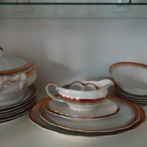 Spisestel til 6 personer  5 dybe tallerkner.  6 store flade tallerkner. 6 frokost tallerkner.  Kartoffelskål og suppeskål. 1 stor fad og 1 lille. Sovseskål, Lille skål til salt og peber