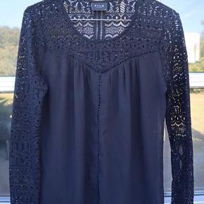 Virkelig let og fin blonde bluse fra Vila. Den er som ny, da den bare har hængt på en bøjle. Pris er fast.