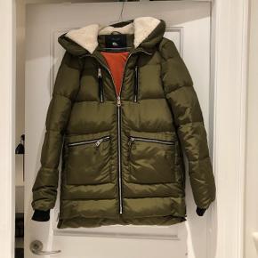 Vinterjakke fra Zara i størrelse XS. Brugt en enkelt gang. Fremstår derfor som ny.  Nypris 900,-  Afhentes i Valby.