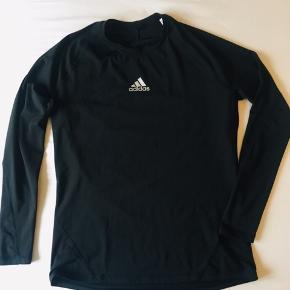Lækker Adidas kompressionsbluse til mænd Brugt 2 gange, fejler intet.   Tag et kig på min shop og byd gerne, måske der lige præcis også er andet der, til dig 💕☀️
