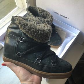 Lækre vinterstøvler fra Isabel marant. Brugt sparsomt sidste vinter. Et lille hul på spidsen af Venstre sko, hvilket nemt kan laves hos skomageren. De røde snørebånd følger med og er ikke brugt. Lavet af kalveskind og fåreuld, så skønne varme støvler til vinter. Bytter ikke