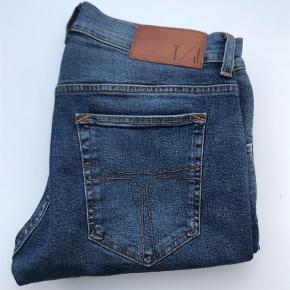 """Varetype: Jeans Størrelse: 32/32"""" Farve: Denim Oprindelig købspris: 1200 kr.  Lækre Tiger Of Sweden jeans. Style Slim 32/32. De er brugt få gange og vasket 1 gang. Nypris 1.200,00."""