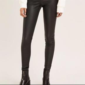 Skindbukser læder med stretcheffekt i skinny fit, der også kan bruges som leggings. Er tætsiddende med lynlås i siden.  Kun brugt få gange, fremstår derfor som nye :-)  Model hedder delta Leggi.   Nypris er 3700kr