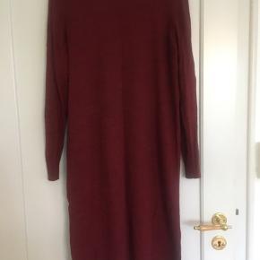 Selected Femme Eileen Wool-mix langærmet kjole  Mål: Omkreds bryst: 110 cm Længde: 105 cm   Behagelig uldblanding - Casual design med et feminint udtryk  70% Uld 30% Polyacryl  Sælger den i Bordeaux og mørk lilla.
