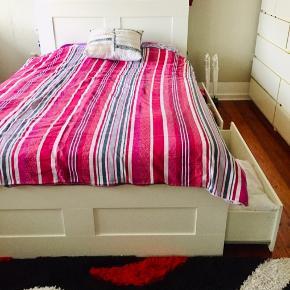 Sengested  med 4 skuffer hvis du har lidt plads  + senge gavl og madras  Fra ikea  Mål  160, 200  Brugt men er i meget fine stand  Farver hvid