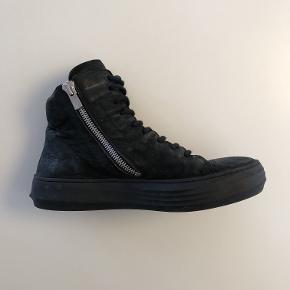 Varetype: Støvler Farve: Sort Oprindelig købspris: 2700 kr.  Lækker herrestøvle i str 40, men passer en str 41. Ok stand med brugsspor. Nypris 2700kr.