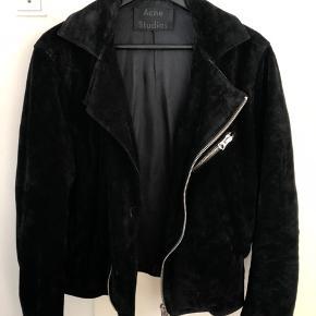 Ruskindsjakke fra Acne Studios. Modelnavnet er Gibson og blev købt fra deres hjemmeside. Fremstår med mindre brugstegn.