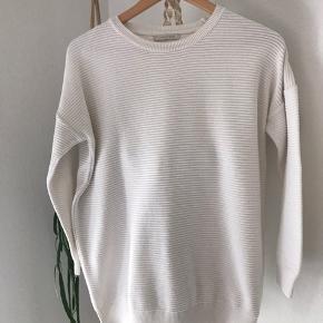 Flot hvid bluse der har kant med rib-look på tværs. Brugt i flot stand.