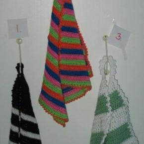 Varetype: HåndklæderStørrelse: Ca 46x46 Farve: Flere Denne vare er designet af mig selv.  De koster 55 Kr. Stk. :-)   Det variere lidt efter hvilke tykkelse de er hæklet i hvad str. de er, spørg på hver enkelt ved interesse.   Det grønne er hæklet i meget tykt bomulds garn