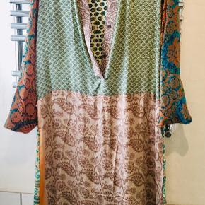 b708d3ac693 Super lækker kaftan fra Sissel Edelbo i ægte silke - lavet af gamle indiske  sarier hvorfor