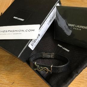 Str. L. Nypris ca 1700. Købt på Matchesfashion. Fin stand. Sælges med original indpakning (æske + dustbag), legitimationsbevis, matches fashion tag.  Kan sendes, eller afhentes i Espergærde, København eller omegn.