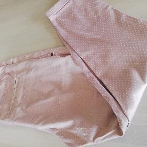 Super flotte bukser, som ikke er helt lange ( 7/8 eller 4/5 jeg ved ikke den korrekte betegnelse). De er rosa med små hvide prikker. Brugt få gange.