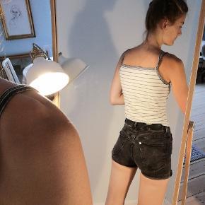 Mørkegrå shorts i stræk-denim fra H&M.