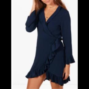 Passes både af xs, small og medium, da man kan justere kjolen med indvending bælte/snor