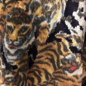 Unik uld sweater fra Kenzo med tigermønster. Brugt få gange. Lang så den både kan bruges med jeans og leggings.
