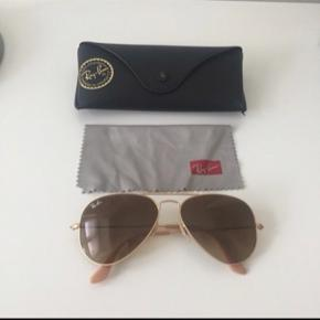 Ray-Ban solbriller i modellen Aviator, str. M. Farven er mat guld. De er brugt få gange og fremstår derfor som nye.   Sælges da jeg ikke får dem brugt, sælges til 900kr eller giv et bud.