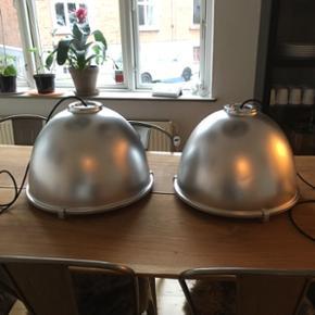 2 stk. Istandsatte industrilamper med patina. Der er en glasplade på som man selv kan klikke af og på, og sort stofledning med sort fatning. Sælges hver for sig for 750kr eller som et par for 1300kr. Kan afhentes i Vejle, Odense eller Holstebro.