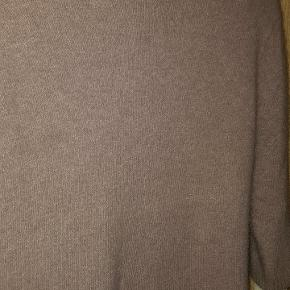36 % Angora 5 % Uld mm.  3/4 ærme   Den er så fin og blød.