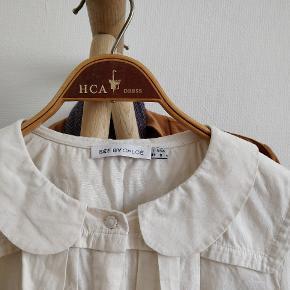 Denne fine skjorte med pankrave og andre delikate detaljer trænger til at blive strøget, men ellers er den i god stand
