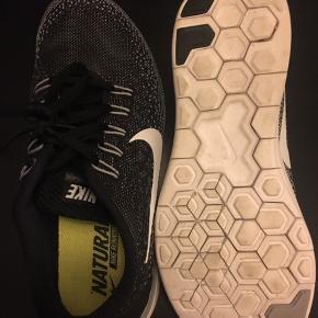 Helt nye Nike sneakers, købt i New York, men aldrig rigtig brugt. De er en 37.5 men svarer til en 37. Fedt design. Sælges billigt.