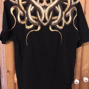 Sælger den super fede t-shirt, som kun har været brugt et par gange. Trøjen fremstå  derfor som ny. Ny pris var 1100 kr. Prisen er ikke fast, så kom endelig med et bud. Trøjen kan sendes.