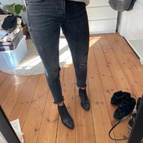 ZARA jeans, str: 34, næsten ikke brugt   SÆLGES BILLIGT - ÅBNE FOR BUD