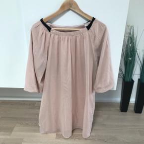 Kjole fra VILA i lys fersken/lyserød. Den er super sød.   Str. siger XS men jeg bruger normalt M og jeg passer den fint