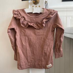 Smuk bluse med flæser fra marmar sælges. Str 98/3 år Brugt to gange og vasket én. Bytter ikke Nypris 300,-