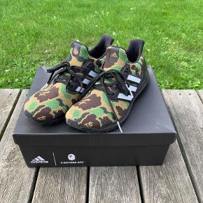 Hej! Jeg sælger dette par Bape x Adidas ultra boost sko. De er i størrelsen 43 1/3. De er næsten ikke brugt, og har ingen tegn på slid. De ser helt nye ud. Jeg har alt og til dem, som er boks og kvittering. Så har du brug for et par sko man ikke ser hverdag, så snup dette par. Jeg sælger dem til 2150 kr. Hvis du har nogle spørgsmål til skoene så spørg løs.  Tjek gerne mine andre annoncer ud for en masse billige ting.