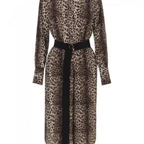 Varetype: Skjorte kjole  Farve: Leopard Oprindelig købspris: 2600 kr.  MB - leopard kjole i str. 34 ( stor i str.) - passes af en str. 36 lille 38. Bryst: 52 cm x 2 - Længde 110 cm. Aldrig brugt - stadig tags på 2600 kr - mp. 1100 kr Skoene på billedet haves også i str. 38 til salg på anden annonce. Bytter ikke
