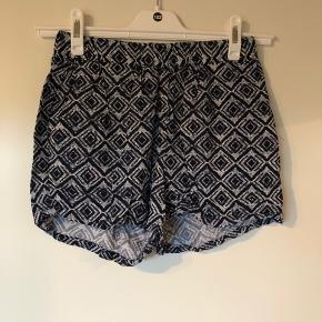 Bløde shorts med to store lommer. Jeg har en top til salg i samme mønster, der passer sammen.   Se også mine andre +100 annoncer! Dixie, Selected femme, Modstrøm, Neo noir, Second female, Ecco, Vagabond, Eastpak