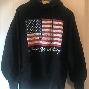 Varetype: Lækker hættetrøje Farve: sort Oprindelig købspris: 500 kr.  Super lækker hætte trøje.