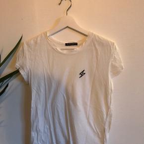 Hvid Brandy Melville t-shirt🐚 Med brodering ⚡️ Der er en plet på trøjen men den tydes kun tæt på Har ikke forsøgt at vaske det af