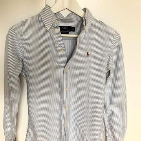Fineste skjorte fra Ralph Lauren, som er blevet brugt ca. 2-3 gange. Har en super fin struktur og er figursyet.  Alle bud er velkomne og man er mere end velkommen til at skrive på 50550110 eller janaleblancbech@gmail.com, hvis der er interesse.  skjorte Farve: Lyseblå Oprindelig købspris: 550 kr.