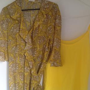 Super flot kjole i 100% viskose. Gul tilhørende underkjole medfølger. Kjolen er brugt 1 gang til et bryllup her i august. Købt i juli måned. Nypris 1000 kr. Str. 40.
