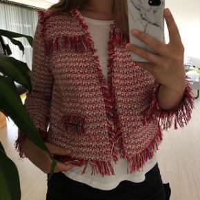 Sælger dennne søde jakke fra Zara. Det er en størrelse L, men fitter en xs/s og en lille m. Giv nogle bud.