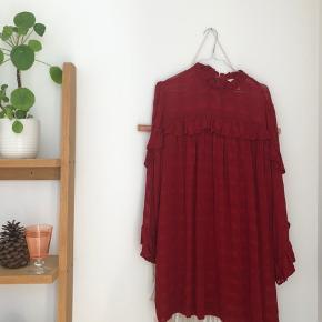 Virkelig flot løs kjole fra H&M! Jeg er selv 38, men har købt den i 46, som passer helt fint. Jeg får den desværre ikke brugt ✌🏽🌻 Går ca til lige over knæene Tjek også mine andre annoncer ud! 🕺🏼 #trendsalesfund