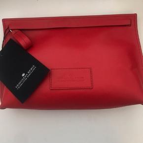 Smuk rød designer remix clutch❤️  Aldrig brugt!  Købt for 800 kroner hos Boozt.com  Byd gerne.