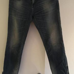 Varetype: Jeans Farve: Blå Oprindelig købspris: 1000 kr.  Forårsbuks i 3/4 tror jeg det hedder. Med lynlås i benet.